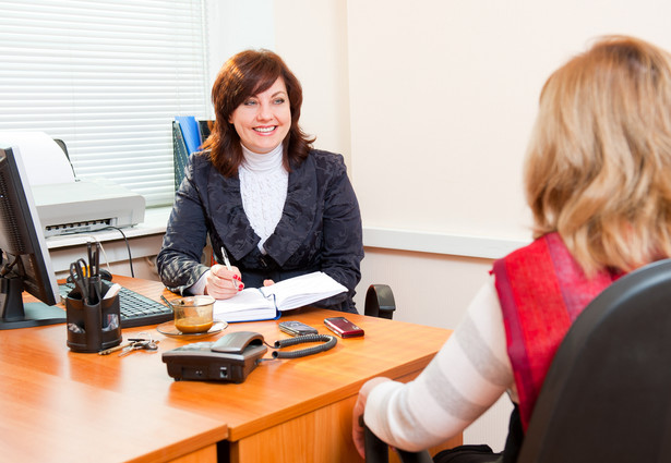Teoretycznie osoby z problemami słuchu powinny móc skorzystać z pomocy tłumacza języka migowego