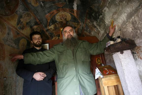 Kad su dvojica u crkvi još i mogu da se prekrste: Prota Dalibor Lazić i naš reporter