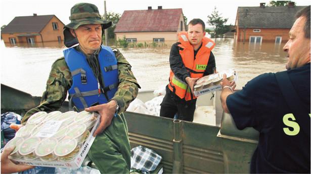 Transporty z pomocą we wsi Trześń (woj. świętokrzyskie) Fot. Wojtek Jargiło