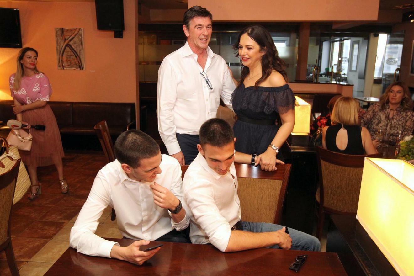 Nataša Ninković sa sinom Nenadom Šarencem i sinovima Lukom i Matejom