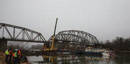 Most kolejowy stoi dzięki... barce