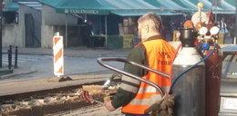Tak głodny robotnik radzi sobie w pracy. To zdjęcie to hit internetu