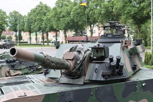 """W ramach umowy przewidziano dostawę ośmiu modułów ogniowych """"Rak"""". """"Na każdy z ośmiu modułów składa się: osiem sztuk moździerza samobieżnego 120 mm 'Rak', dwie sztuki artyleryjskiego wozu dowodzenia dowódcy kompanii, dwie sztuki artyleryjskiego wozu dowodzenia dowódcy plutonu ogniowego, dwie sztuki artyleryjskiego wozu rozpoznania, trzy sztuki artyleryjskiego wozu amunicyjnego"""" – czytamy w komunikacie. (mr) PAP/Lech Muszyński"""