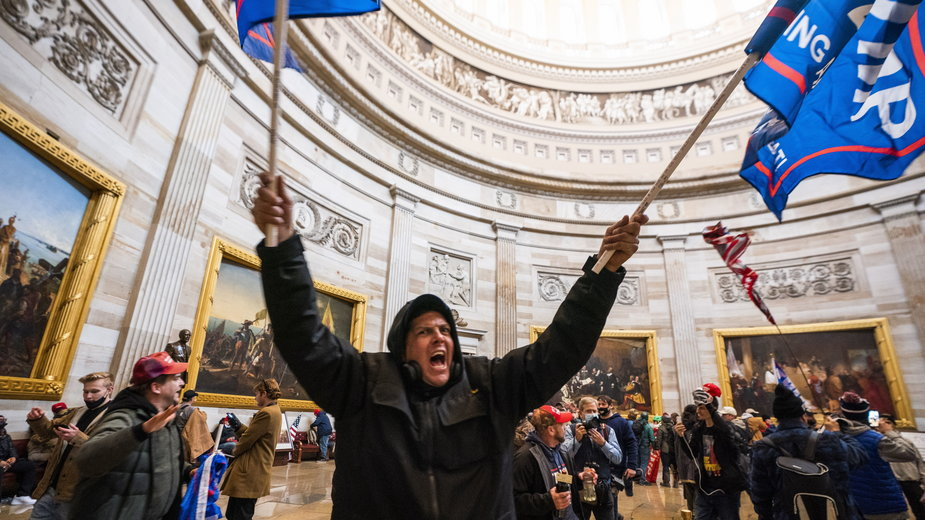 Protestujący przeciwko porażce Trumpa wdarli się na kilka godzin do Kapitolu
