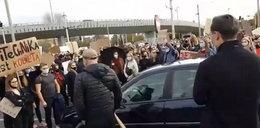 Wjechał w tłum demonstrantów. Kierowca wysiadł z kijem bejsbolowym