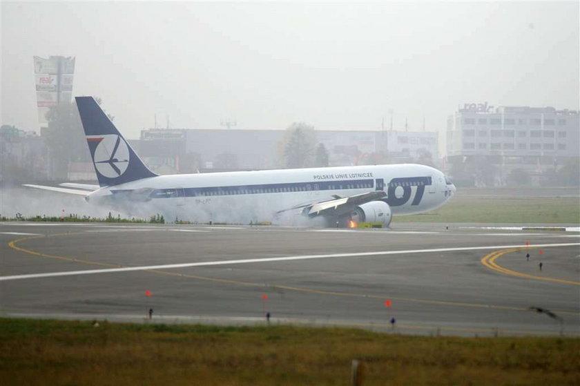 Lądowanie Boeinga 767 w asyście myśliców
