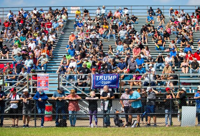 Trampove pristalice na auto trkama u Enisu, Teksas