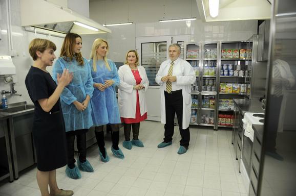 Jelena Drakulić Petrović (u sredini) sa rukovodstvom Instituta