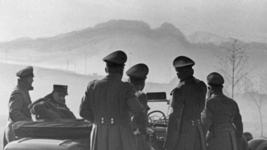 Wizyta gubernatora Hansa Franka w Zakopanem. Niemieccy żołnierze na tle Giewontu