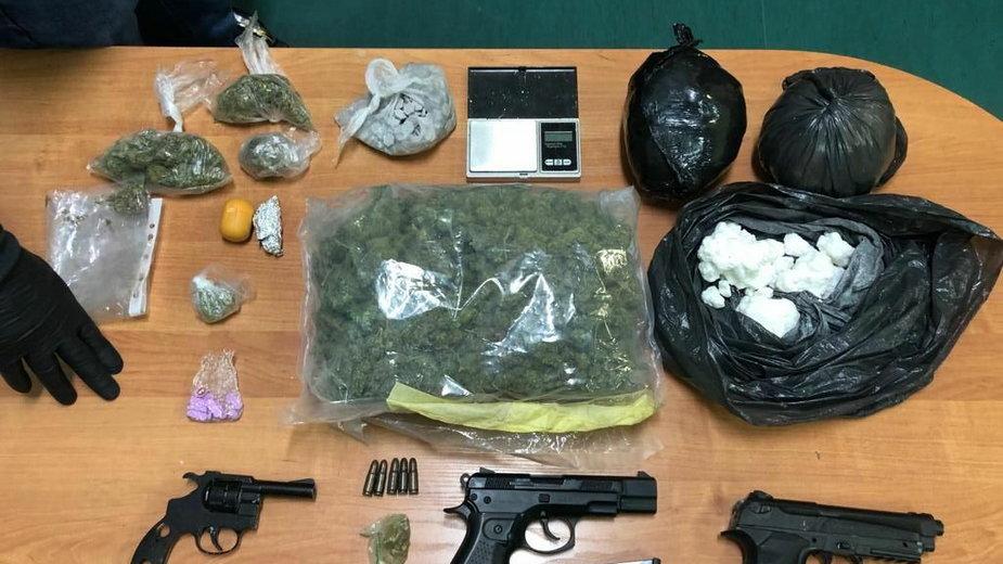Kieleccy policjanci przejęli narkotyki, broń i kradziony samochód. Areszt dla 29-latka