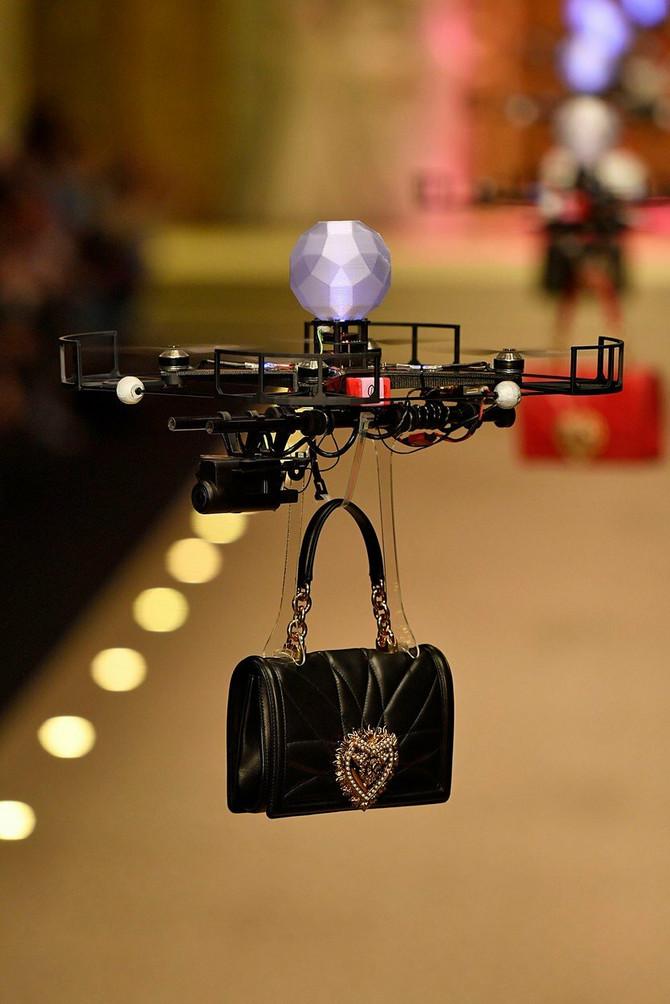 Dron na reviji