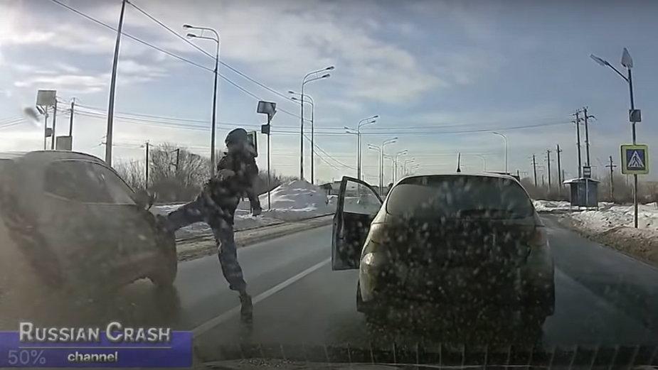 Rosja: kierowca uratował życie pieszym kopiąc w rozpędzony samochód