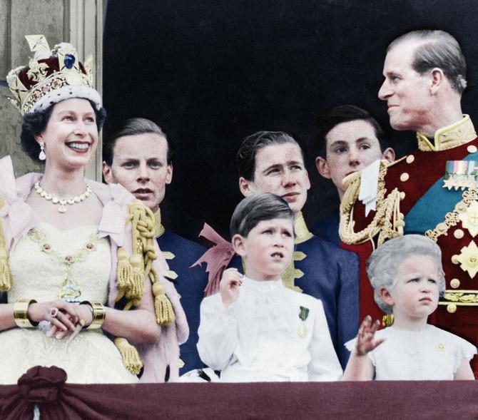 Kraljica sa decom i suprugom na balkonu Bakingemske palate