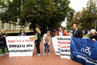'500 zł bez kryterium'. Niepełnosprawni i ich opiekunowie protestują przed KPRM