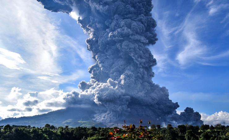 ERUPCIJA VULKANA U INDONEZIJI! 'Sinabung' izbacio stub pepela visok pet kilometara, nema povrijeđenih!