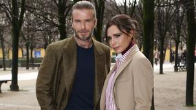 Wystylizowani Victoria i David Beckhamowie z synem na pokazie mody