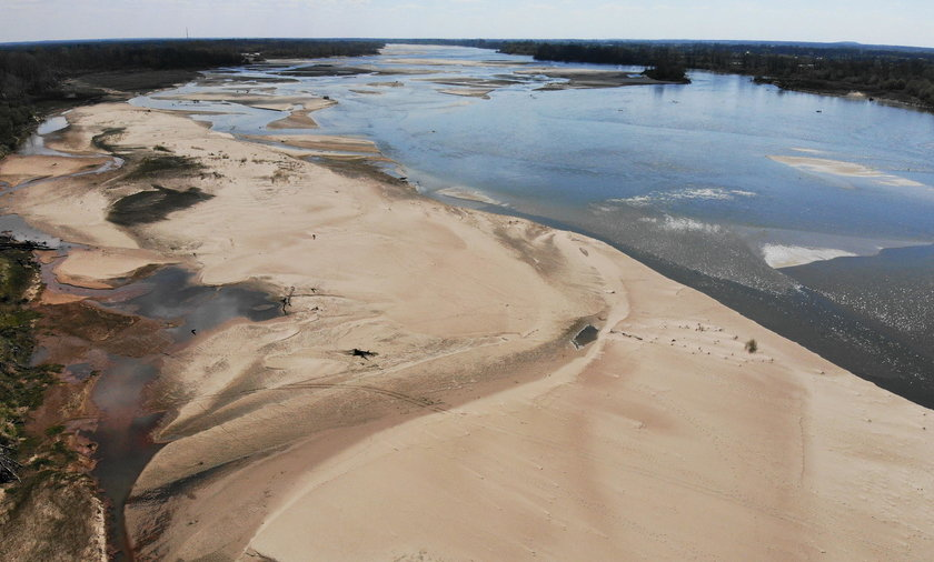 Na zdjęciu: rekordowo niski stan wody na Wiśle w Warszawie, 20 kwietnia 2020