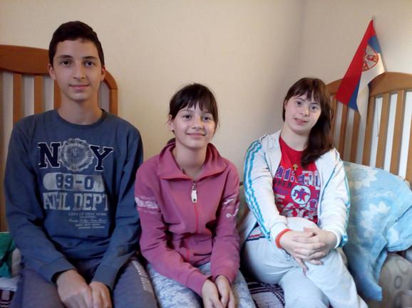 Mia sa bratom i sestrom