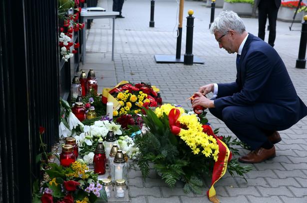 Wiceprezydent Warszawy Jacek Wojciechowicz składa kwiaty przed ambasadą Republiki Francuskiej w Warszawie.