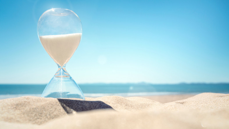 urlop czas wymiar klepsydra plaża fot. shutterstock