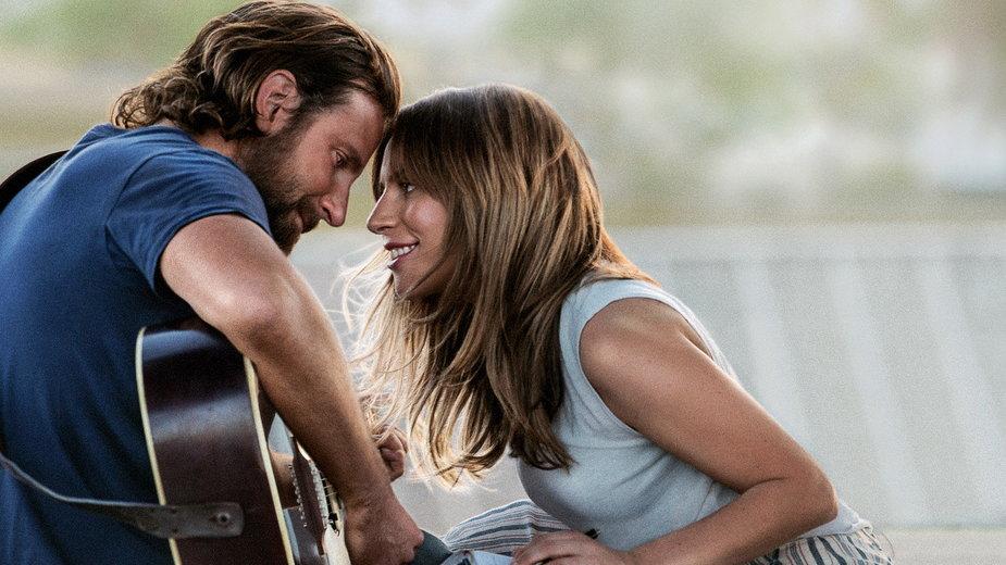 """""""Narodziny gwiazdy"""": kadr z filmu. Na zdjęciu: Bradley Cooper i Lady Gaga"""