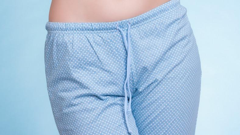 Kobieta w spodniach od pidżamy