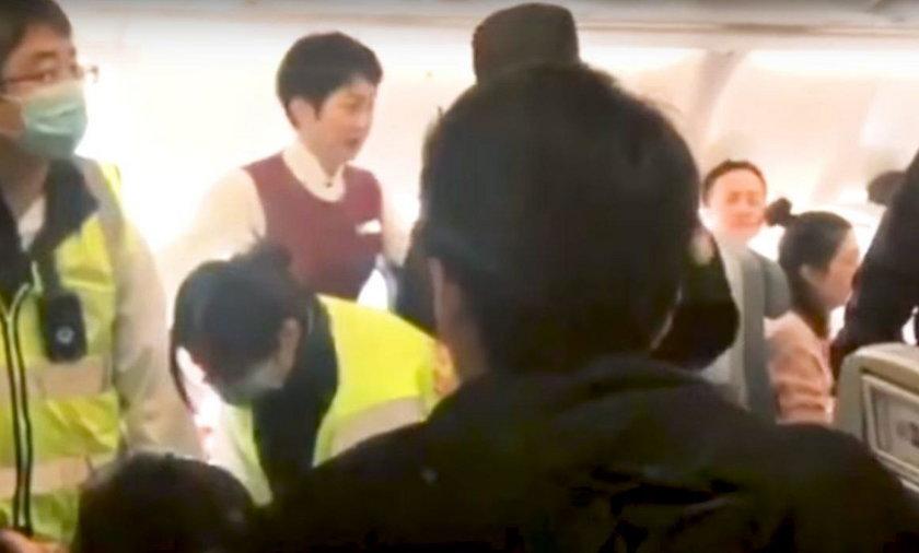 """Lot linii Air China opóźnił się o 5 godzin z powodu """"'opętanej"""" pasażerki"""
