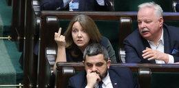 Joanna Lichocka pozywa za środkowy palec. Czuje się poniżona