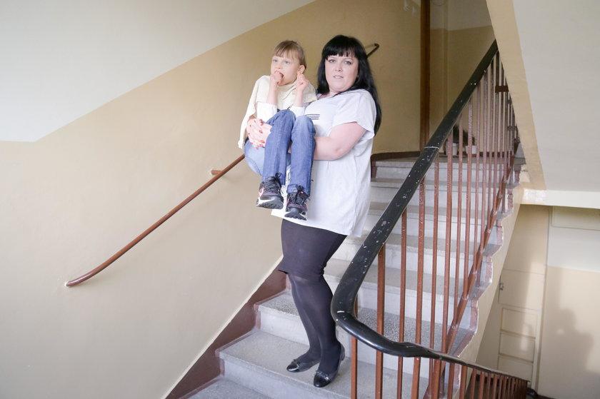 Schorowana mama znosi ją z 4. piętra