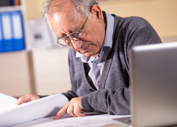 Starsi pracownicy biorą mniej wolnych dni niż młodsi, są bardziej lojalni i dłużej pozostają w obecnym miejscu pracy