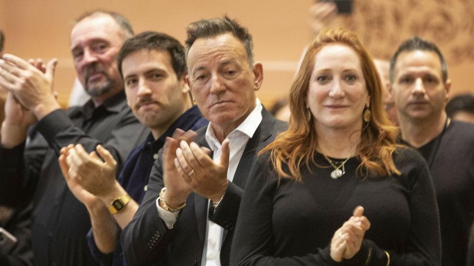 Rodzina oklaskuje Sama Springsteena. W środku ojciec nowego strażaka, gwiazdor Bruce Springsteen