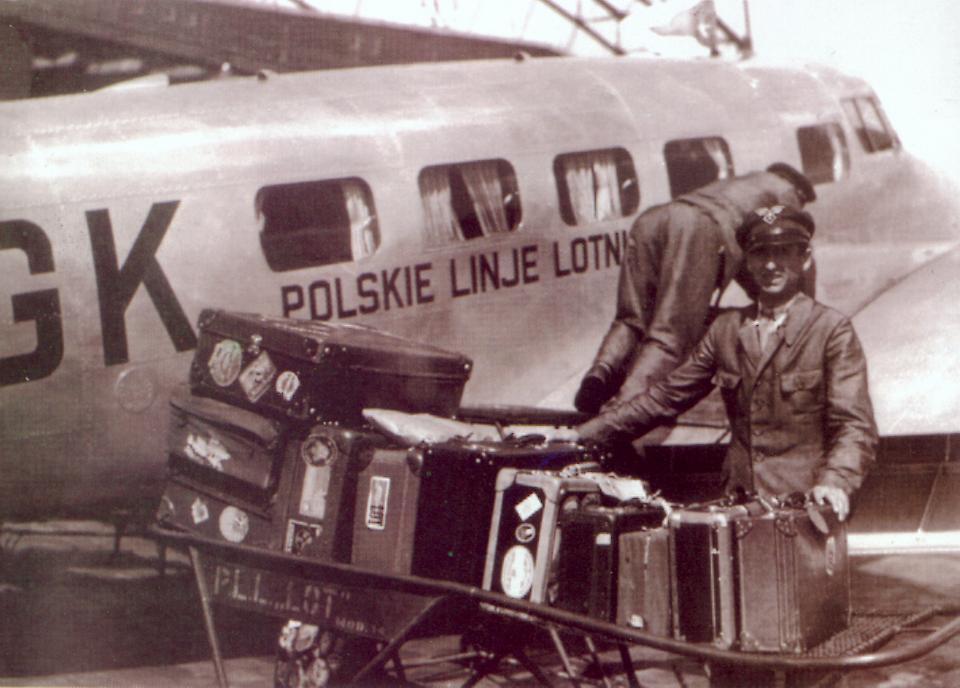 Załadunek bagażu i przygotowanie do startu samolotu Lockheed L-10 Electra