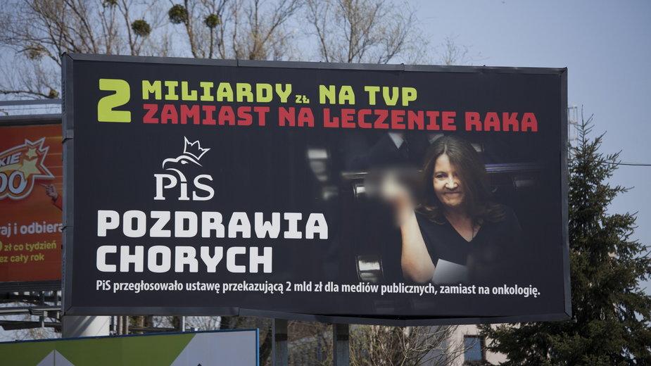 """Wroclaw. Bilboard z poslanką PiS i napisem """"PiS pozdrawia chorych"""""""