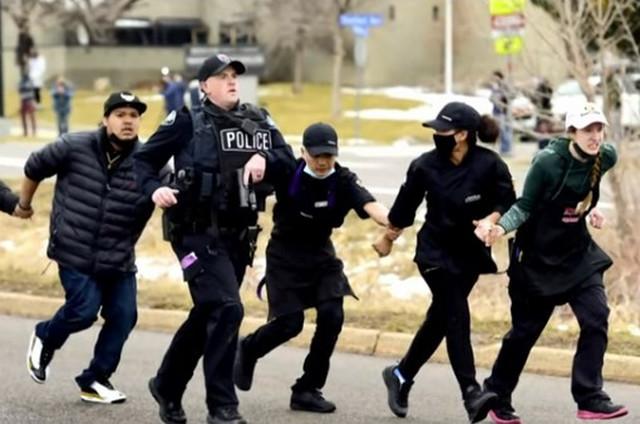 Policija Kolorada odvodi građane iz supermarketa
