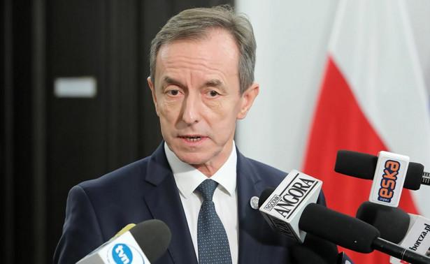 """Pytany, kogo planuje pozwać, marszałek Senatu poinformował, że """"jest przygotowany pozew przeciwko panu Karolowi Guzikiewiczowi, jak również przeciwko Gazecie Polskiej, która zatytułowała swój artykuł w sposób haniebny i dla niego krzywdzący""""."""