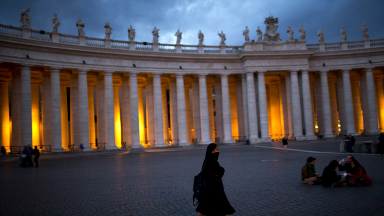 Raport o Vatileaks czeka na papieża