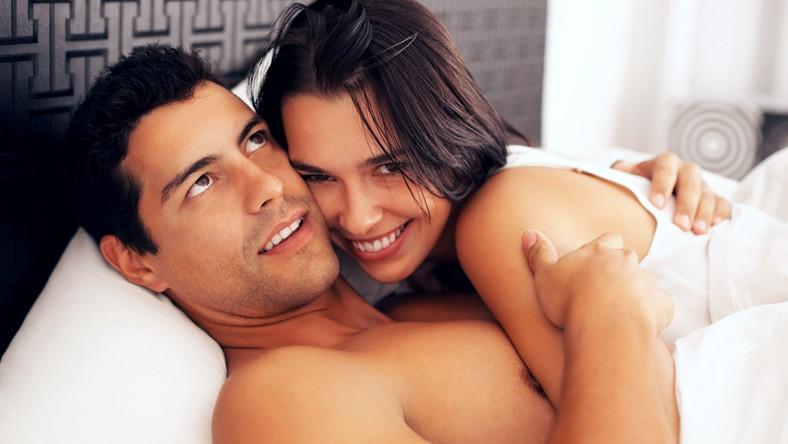 Mimo, że 55 procent kobiet przytula swojego faceta każdej nocy, to aż 77 procent przyznaje, że robi to tylko do momentu zaśnięcia partnera, po czym odwraca się i zasypia na własnej połowie łóżka. Ponad połowa ankietowanych kobiet stwierdza, że nie lubi sypialnianych pieszczot, a po wejściu do łóżka marzy jedynie o tym żeby szybko zasnąć. Co piąta Brytyjka nie przepada za obściskiwaniem, które trwałoby zbyt długo tłumacząc, że jest wtedy gorąco i nieprzyjemnie.