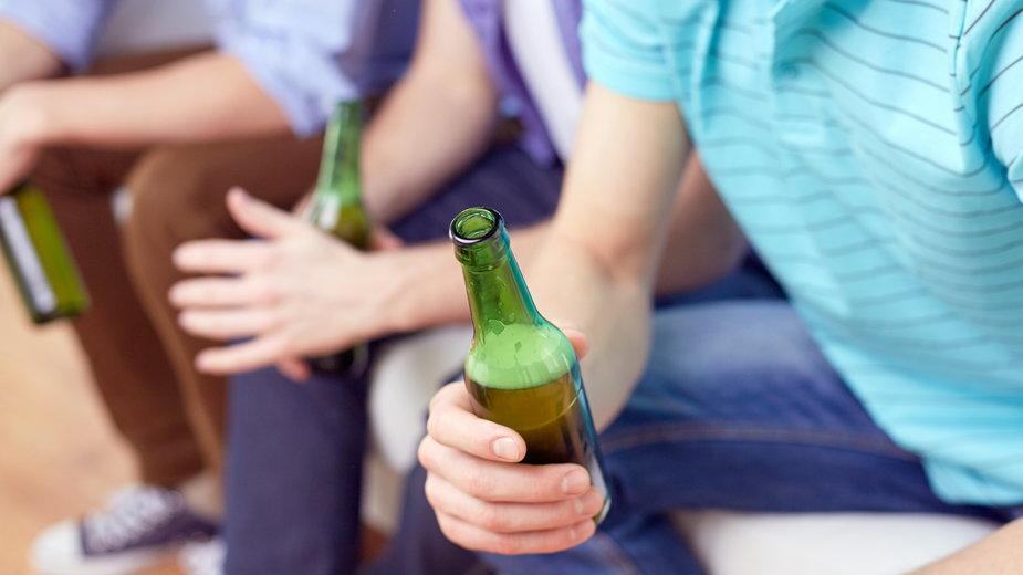 Funkcjonariusze wyjaśniają skąd nastolatkowie wzięli alkohol (zdj. ilustracyjne)