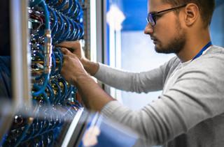 Firmy kontra hakerzy. Zabezpieczenia i incydenty w Polskich firmach