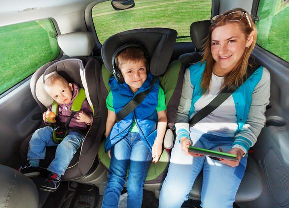 Dete je u atuomobilu sigurno jedino ako je vezano pojasom, a to uostalom važi za sve