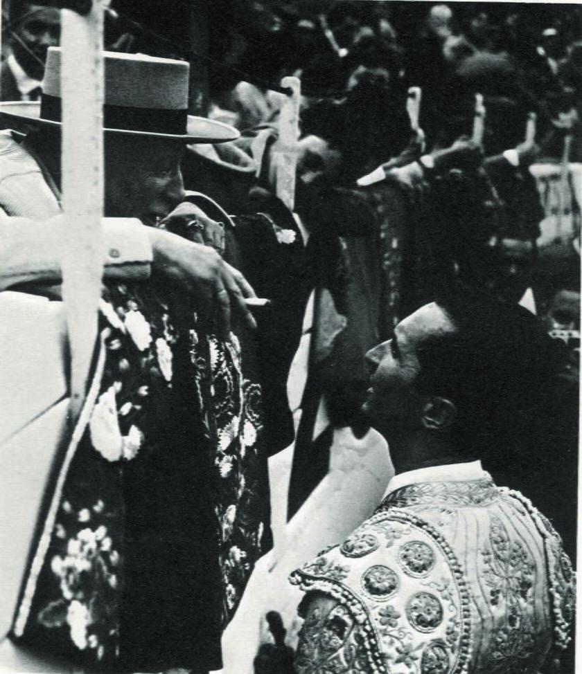 Zdjęcie z prywatnego albumu Lucii Bosé ukazujące Picassa w stroju matadora Luisa Miguela Dominguina