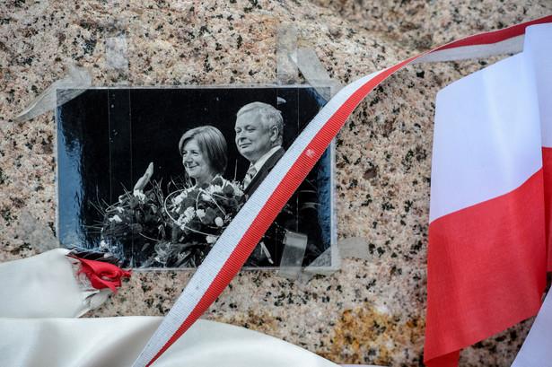 Zdjęcie polskiej pary prezydenckiej na pamiątkowym głazie na miejscu katastrofy samolotu prezydenckiego Tu-154M w Smoleńsku
