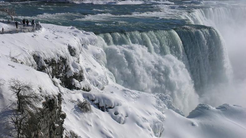 Malowniczy wodospad skuł lód, ale mroźne powietrze arktyczne obejmuje znaczny obszar Stanów Zjednoczonych.