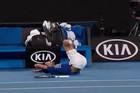 TRENUTAK KOJI JE SVE ZABRINUO Đoković proklizao, pao i završio na leđima /VIDEO/