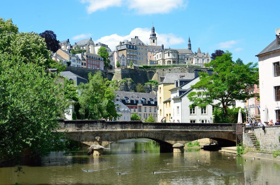 """18. Luksemburg. Wśród 21 państw na liście to właśnie w Luksemburgu PKB na jednego mieszkańca jest """"motorem napędowym"""" zadowolenia z życia.Z wynikiem ponad 101 tys. dol. to drugi wynik na świecie."""
