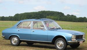 Peugeot 504 arriving Schaffen-Diest 2015 in blue