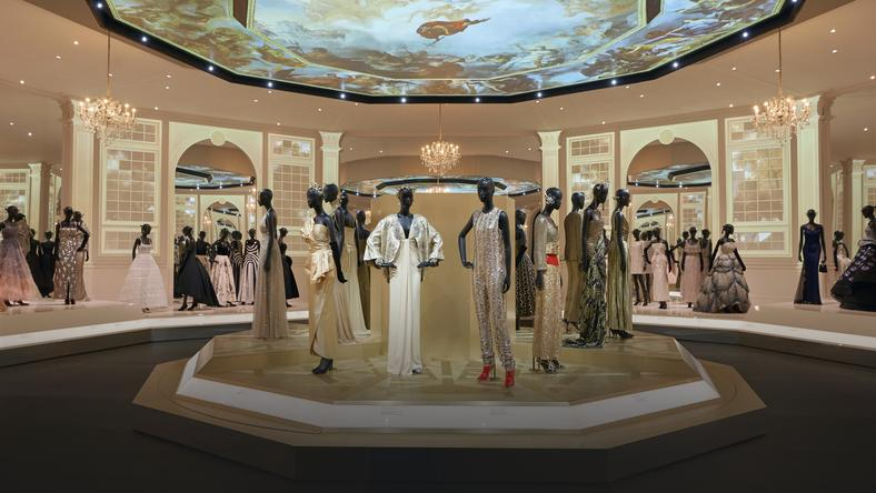 V&A Christian Dior Designer of Dreams exhibition Ballroom section (c) ADRIEN DIRAND (22)