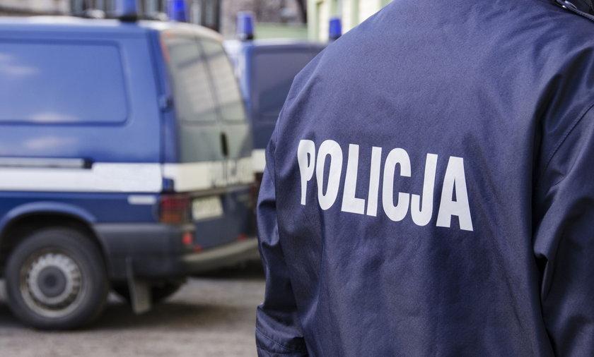 Bitwa na Ochocie! Ośmioro policjantów kontra mężczyzna. W ruch poszły nogi i gaśnica.