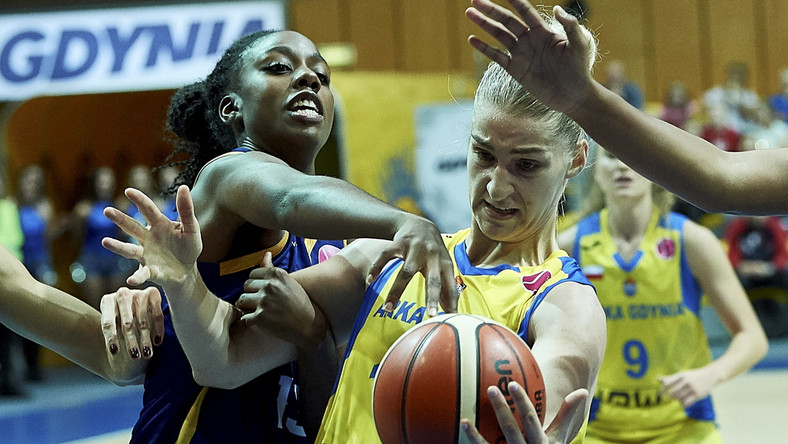 Koszykarka Arki Gdynia Maryia Papowa (P) i Maria-Michelle Milapie (L) z BLMA Montpellier podczas meczu grupy B Euroligi