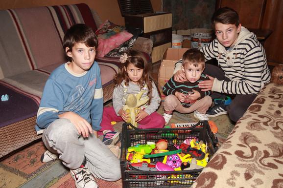 Vukašin (2,5), Nikola (16), Luka (12) i Tamara (4) još se zajedno igraju, dok Aleksandar (17) uči kod druga